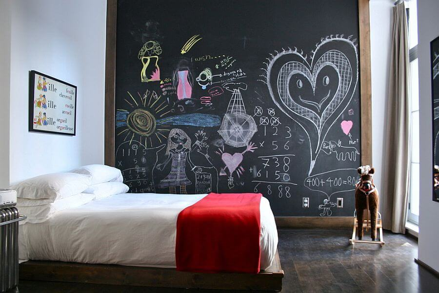 fun-chalkboard-wall-for-the-small-kids-bedroom